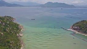 寄生虫从半岛技巧岩石海岸飞行到天蓝色的海洋 股票录像
