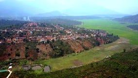 寄生虫从种植园飞行到在绿色山谷中的镇 股票录像