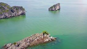 寄生虫在与大峭壁海岛的天蓝色的海湾上飞行 股票录像