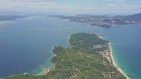 寄生虫在与路的绿色半岛上飞行打开海洋 股票录像