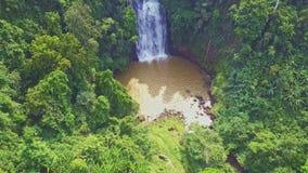 寄生虫在瀑布上上升并且显示绿色高地 影视素材