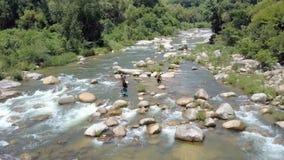 寄生虫在钓鱼在河的地方人上上升反对风景 股票视频