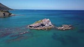 寄生虫在陆间海中水飞行在美丽的岩石在岸,顶视图附近 股票录像