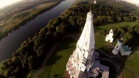 寄生虫录影在河附近的东正教日落的 股票录像