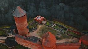 寄生虫掀动在古老Turaida城堡博物馆上的飞行下在锡古尔达,拉脱维亚,一个全国建筑学旅游业地标 股票录像