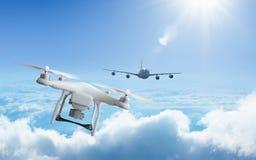 寄生虫接近在天空的飞机在高处 库存图片
