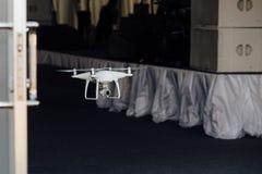 寄生虫方形字体直升机间谍通过咖啡馆的宴会大厅的门飞行 库存图片