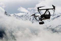 寄生虫有高分辨率数字照相机飞行ove的方形字体直升机 免版税库存图片