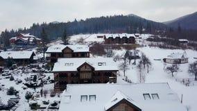 寄生虫照相机飞行远离在显露山的木瑞士山中的牧人小屋村庄中楼的美好的新娘身分  股票视频
