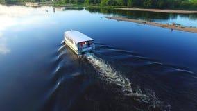 从寄生虫的鸟瞰图,飞行在一条小消遣小船附近 Nemunas河 影视素材
