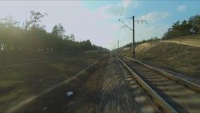 寄生虫赛跑的视图 飞行在铁路在森林里在日落 E 股票视频