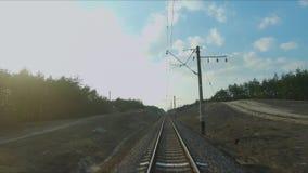 寄生虫赛跑的视图 飞行在铁路在森林里在日落 E 股票录像