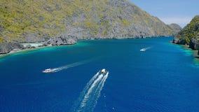 寄生虫跟随跳岛战术小船在海峡在Matinloc和Tapiutan海岛之间El的Nido,巴拉旺岛,菲律宾 影视素材