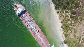 寄生虫转动在搁浅罐车在天蓝色的海洋海滩 股票录像
