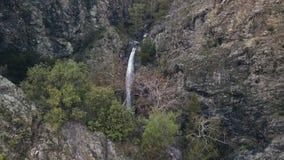 寄生虫飞行到在山,顶视图的美丽如画的瀑布 影视素材