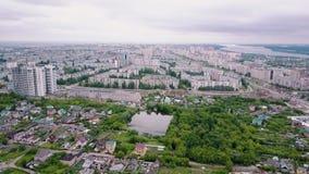 寄生虫飞行在住宅区在现代城市夏日、小屋和居住的大厦 股票录像