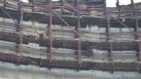 寄生虫飞行在冷却塔在切尔诺贝利NPP附近 股票视频