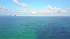 寄生虫飞行在天蓝色的海洋反对与白色云彩的蓝天 股票视频
