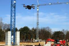 寄生虫飞行在建造场所 免版税库存照片