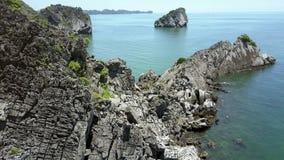 寄生虫飞行在老大峭壁和天蓝色的海湾 影视素材
