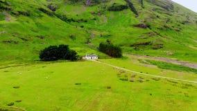 寄生虫飞行通过在苏格兰的高地的著名Glencoe谷 股票录像