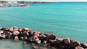 寄生虫飞行通过沙滩 沙滩和蓝色清楚的海水鸟瞰图  美丽的海滩和岩石海滨 寄生虫s 股票视频