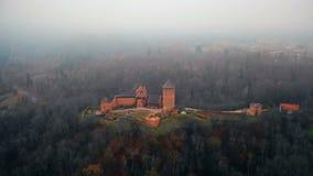 寄生虫飞行高在古老Turaidas城堡博物馆储备附近在锡古尔达国立公园有雾的森林,拉脱维亚里 股票视频
