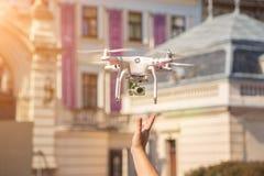 寄生虫从人手离开 飞行的年轻发布的直升机在日落领域 库存照片