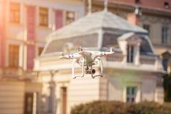 寄生虫从人手离开 飞行的年轻发布的直升机在日落领域 图库摄影