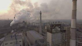 寄生虫 飞行在冶金植物 管子一个巨大的区域出来很多肮脏的烟 股票视频