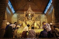 密切联系与在Mahamuni菩萨寺庙的Bhudda,曼德勒省,曼德勒,缅甸的Bhuddist 免版税库存照片