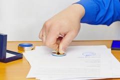 手和封印 免版税库存图片