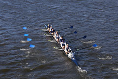 密尔沃基乘员组在查尔斯赛船会人` s青年时期Eights头赛跑  免版税库存图片
