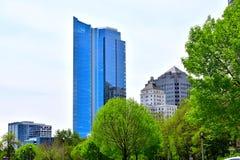 密尔沃基地平线在与反射的晴天在玻璃大厦 库存图片