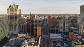 密尔沃基河在街市,密尔沃基,威斯康辛,美国港口区  不动产,公寓房在街市 鸟瞰图 库存图片