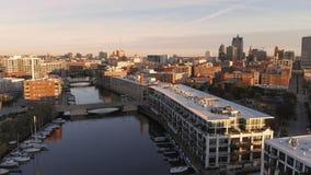 密尔沃基河在街市,密尔沃基,威斯康辛,美国港口区  不动产,公寓房在街市 鸟瞰图 免版税图库摄影