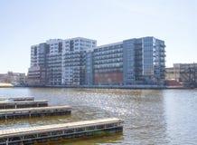密尔沃基河的河岸的一个新的公寓房在第3个区 库存照片