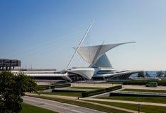 密尔沃基, WI, USA-JULY15 :密尔沃基July15的美术馆, 2013.The以美丽的翼的形式流动高科技结构有66米间距的对太阳在恶劣天气打开并且折叠 Th 库存照片