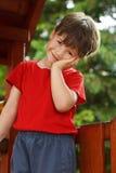 密林健身房的逗人喜爱的小男孩 免版税库存照片