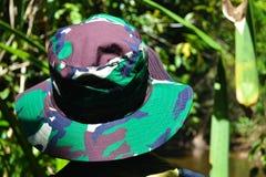 密林帽子的一个旅客选择道路更加进一步 图库摄影