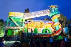密林挑战狂欢节乘驾乘驾充满极端幻灯片、跳跃的城堡和障碍挑战 库存图片