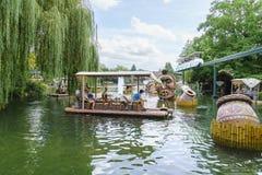 密林木筏乘驾在非洲主题的村庄 库存图片