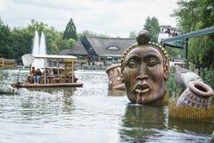 密林木筏乘驾在非洲主题的村庄 免版税库存照片