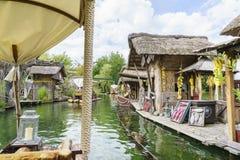 密林木筏乘驾在非洲主题的村庄 图库摄影