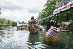 密林木筏乘驾在非洲主题的村庄 免版税图库摄影