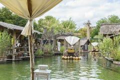 密林木筏乘驾在非洲主题的村庄 库存照片