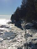 密歇根湖峭壁在冬天 免版税库存图片