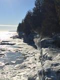密歇根湖峭壁在冬天 库存照片