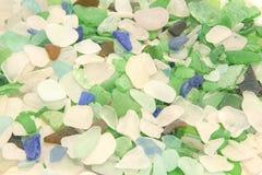 密歇根湖海滩玻璃在白色、绿色、水色、品蓝和布朗树荫下  库存图片