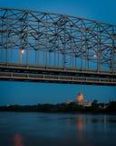 密苏里状态国会大厦在桥梁下 免版税库存图片